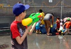 NYC : Jeux de l'eau au festival birman Images stock