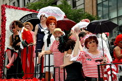 NYC: Jinetes coloridos del flotador en el desfile alegre del orgullo Foto de archivo libre de regalías