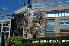 NYC: Krom Unisphere på trumftornet Arkivfoto