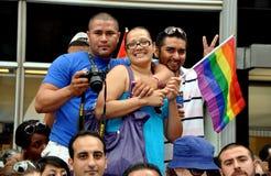 NYC: La gente che osserva parata gaia di orgoglio fotografia stock