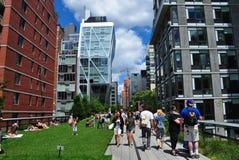 NYC: La gente che passeggia all'alta linea parco Fotografia Stock