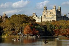 NYC : Lac boating de Central Park et appartements de Beresford Photos libres de droits