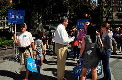 NYC :民主党候选人标记竞选为办公室的Landis 库存照片