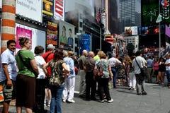 NYC: Leute, die auf Zeile am TKTS Stand warten Lizenzfreie Stockfotografie