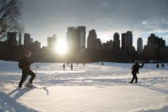 1/24/15, NYC: Los neoyorquinos llevan los deportes al aire libre después de la tormenta Jonas del invierno Foto de archivo