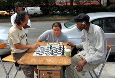 NYC: Männer, die Schach auf der Straße spielen Lizenzfreie Stockfotos