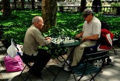 NYC: Mężczyzna Bawić się szachy w Bryant parku Fotografia Royalty Free