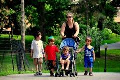 NYC: Madre con i bambini che camminano nel parco della riva del fiume Immagini Stock