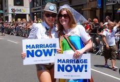 NYC: Manifestantes alegres del desfile del orgullo Imagenes de archivo