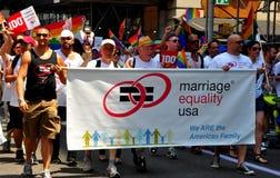NYC: Manifestantes de la igualdad de la boda en el gay Pride Parade Imágenes de archivo libres de regalías