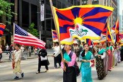 NYC: Manifestantes tibetanos en el desfile de los inmigrantes Imágenes de archivo libres de regalías
