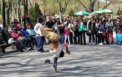 NYC: Mann Breakdancing im Central Park Lizenzfreies Stockfoto