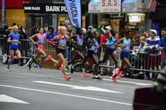 2017 NYC-Marathon - Elitevrouwen stock fotografie
