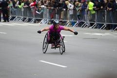2017 NYC maraton - wózek inwalidzki kobieta Zdjęcie Stock