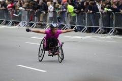 2017 NYC maraton - wózek inwalidzki kobieta Obrazy Royalty Free
