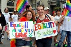 NYC : Marcheurs avec des signes au défilé homosexuel de fierté photos stock