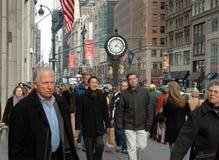 NYC: Massen der Leute auf Fifth Avenue Lizenzfreies Stockbild