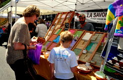 NYC: Matki i syna kupienia mydło przy Ulicznym jarmarkiem Obrazy Stock