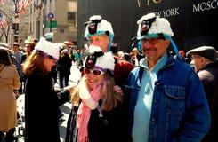 NYC: Mensen die Bonnetten dragen bij de Pasen-Parade Royalty-vrije Stock Foto