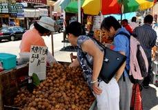 NYC: Mensen die Fruit Longan kopen Stock Foto's