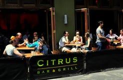 NYC: Mensen Dineren In de open lucht in het Restaurant van Manhattan Royalty-vrije Stock Foto