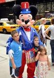 NYC: Mickey Mouse e miúdos no Midtown Fotografia de Stock