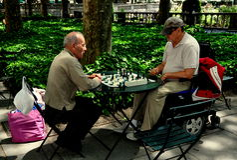 NYC: Män som spelar schack i Bryant Park Royaltyfri Fotografi
