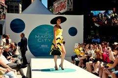 NYC:  Modeshow för Starz kabel-TVTimes Square arkivfoto