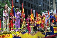 NYC: Montar a caballo vietnamita en el flotador del desfile Imagen de archivo libre de regalías