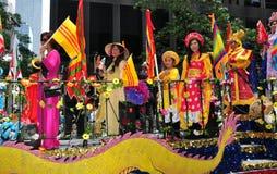 NYC: Mujeres vietnamitas que montan en el flotador del desfile Foto de archivo libre de regalías