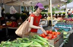 NYC: Mulher asiática no mercado do fazendeiro Foto de Stock