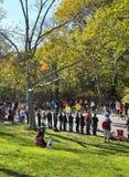 NYC novembro 7: As multidões prestam atenção a uma maratona de 2010 NYC foto de stock