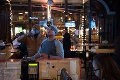 NYC, NY, США - 1/30/2016: Футбольные болельщики подготавливают для Супер Боул стоковая фотография