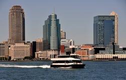 NYC: NY-Waterways färjer på den Hudson floden arkivbild