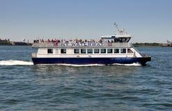 NYC: NY-Waterways färjer på den Hudson floden royaltyfria bilder
