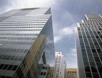NYC - oben schauend Stockfotos