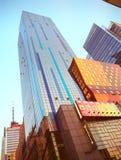 NYC - oben schauend Die New- York Citywolkenkratzer Stockfoto