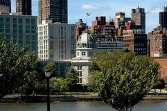 NYC: Oktogonbyggnad på Roosevelt Island royaltyfri bild