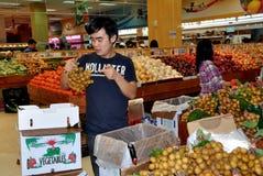 NYC : Ouvrier au supermarché de Jmart photos libres de droits