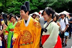 NYC: Pares asiáticos en trajes coreanos tradicionales Fotos de archivo libres de regalías