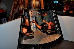 NYC: Pares en Mercury Space Capsule en el museo intrépido Imagen de archivo libre de regalías
