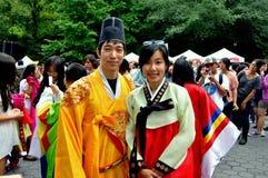 NYC: Pares en trajes coreanos Foto de archivo libre de regalías