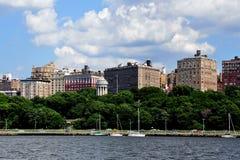NYC: Parkerar lyxiga lägenheter för flodstranddrev & Arkivbild