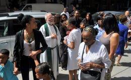 NYC: Parrocchiani di saluto del sacerdote Immagine Stock Libera da Diritti