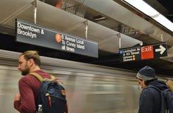 NYC-pendlare som väntar på den New York City MTA-gångtunnelen på transport för tunnelbana för plattform för drevstation royaltyfri bild