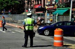 NYC:  Polis som riktar trafik på den nionde avenyn Fotografering för Bildbyråer
