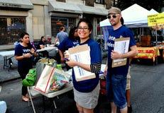 NYC: Se ofrece voluntariamente hacer campaña para el candidato local Fotos de archivo libres de regalías