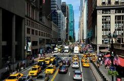 NYC: Sikt av gatan för öst 42nd Fotografering för Bildbyråer