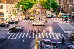NYC skrzyżowanie tłoczył się z ludźmi, samochodami i kolorów żółtych taxi ruchliwie, Ikonowy ruch drogowy i dzienny uliczny bizne zdjęcie royalty free