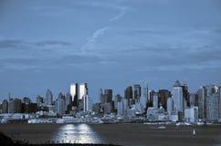 Nyc Skyline in den blauen und schwarzen Tönen Stockfoto